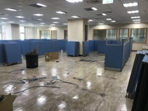 搬運企業捐贈的辦公用品至新莊輔大附醫