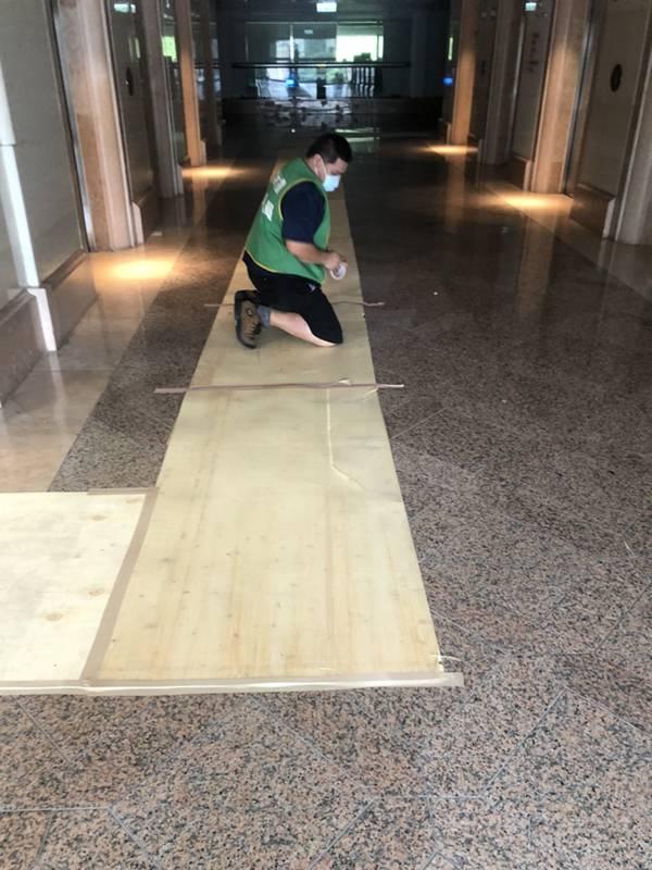 台北市搬家案例.松山區-搬運前貼防護面材保護大樓石材地板1