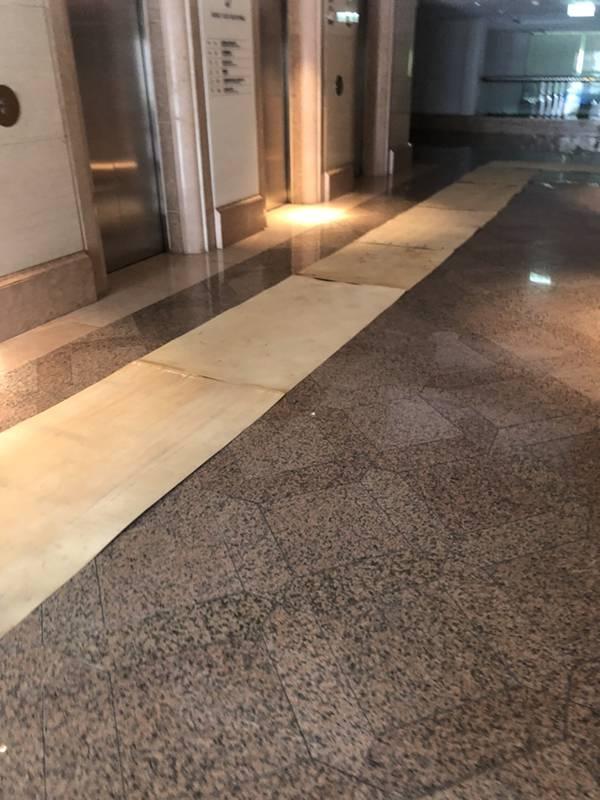 台北市搬家案例.松山區-搬運前貼防護面材保護大樓石材地板4